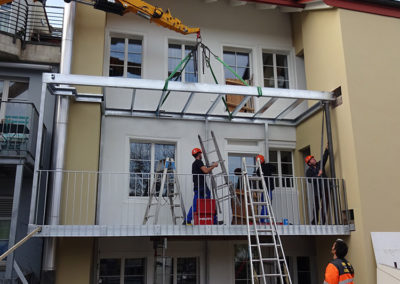 Montage des Balkons mit Kran.