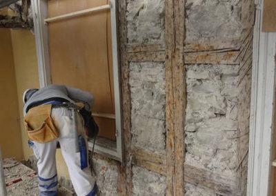 Die Fassade wird saniert, der Verputz komplett entfernt und neu aufgebaut.
