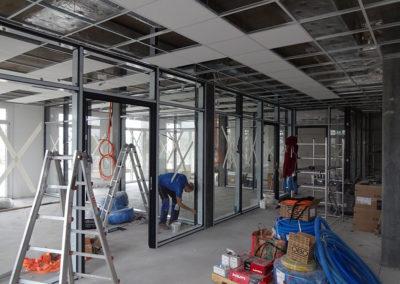 Bürotrennwände werden fertig montiert.