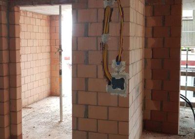 Der Elektriker hat mit der Rohinstallation begonnen.