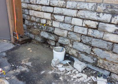 Parallel wird aussen Naturstein restauriert.