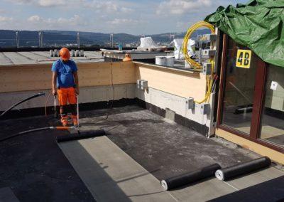 Das Dach wird abgedichtet, die die Dachrrandabschlüsse wurden bereits gesetzt.