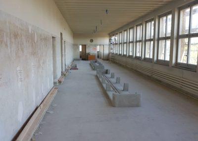 Die Unterbauten der Sitzbänke sind platziert.