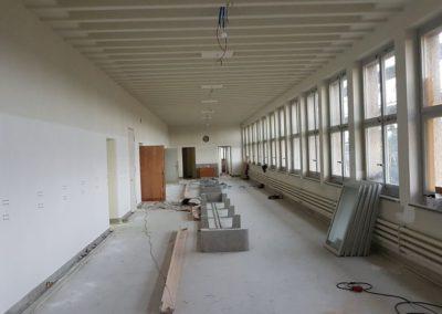 Übersicht Korridor 2.OG: Maler hat Wände und Decken fertig